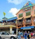 tourists-at-margaritaville-bar-restaurant-grand-cayman-islands-caribbean-dd9a0g